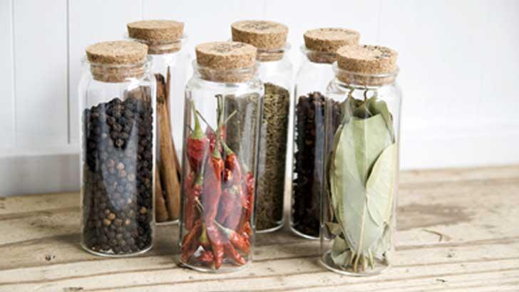 小さな瓶とスタンプで、キッチンをかわいく、かしこく整理するコツ。
