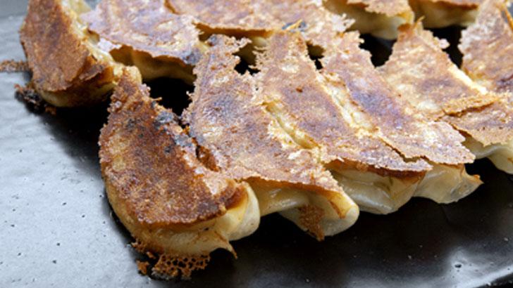 めんの叶屋が作る叶屋特製生ぎょうざ。野菜と豚肉の旨味が詰まった生餃子と直伝の焼き方