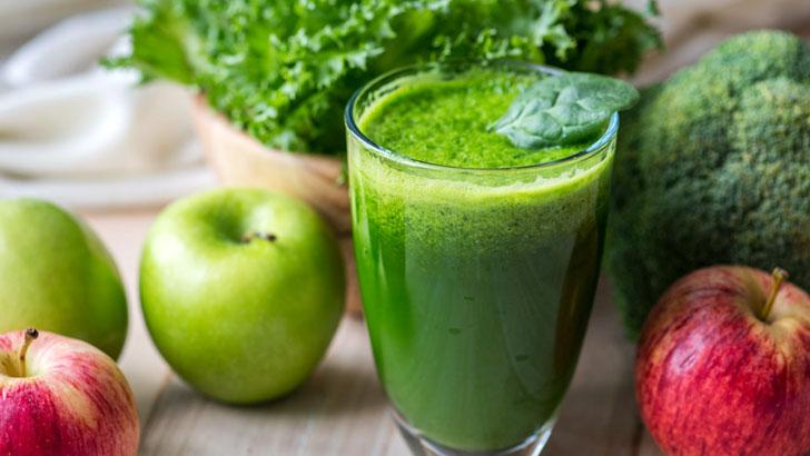 グリーンジュースとグリーンスムージーの違い。野菜や果物をおいしく味わう朝の手軽な一杯を