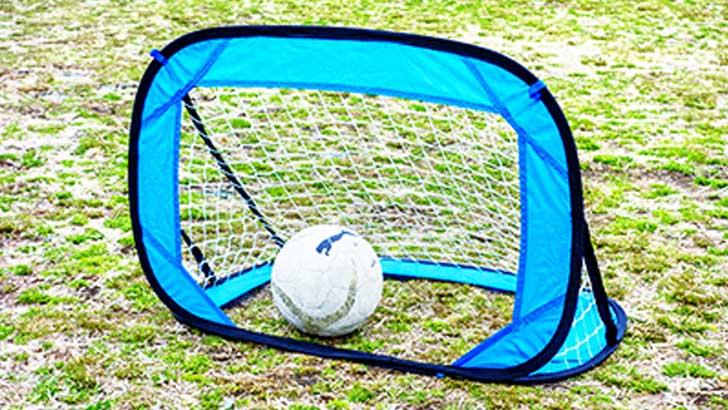 折りたたみ式のミニサッカーゴールで運動不足を解消