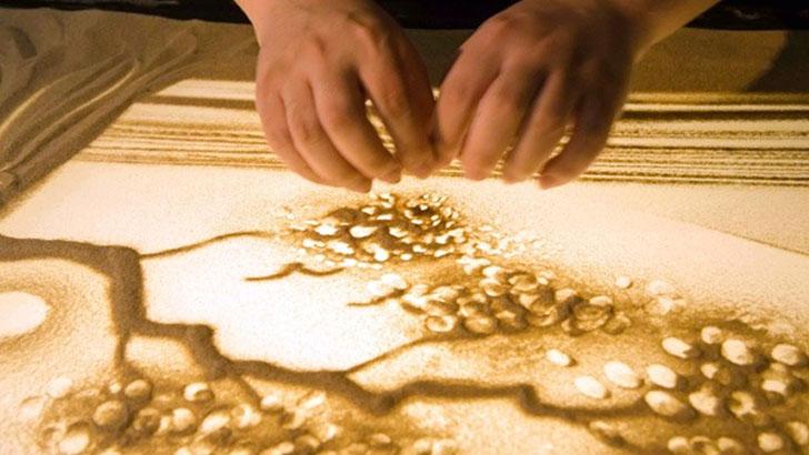 砂絵を変化させながら物語を作るサンドアートパフォーマンス