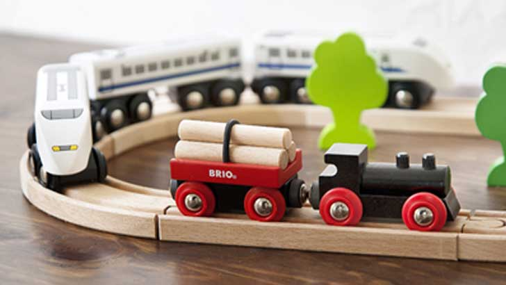 BRIOの木製トイ「小さな森の基本レールセット」と「Shinkansen」